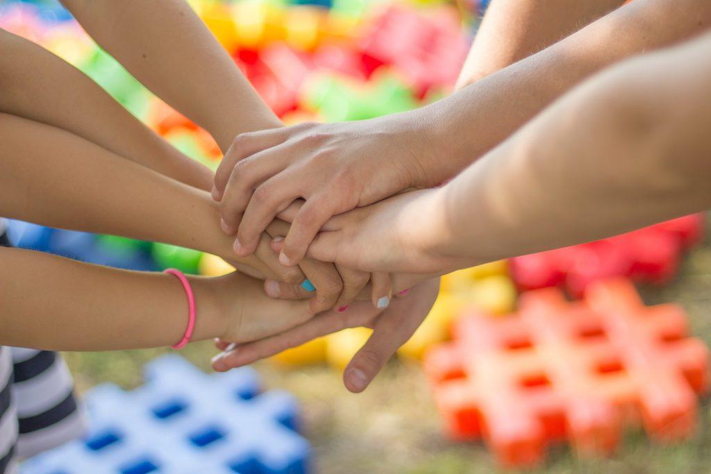 Samenwerkende kinderen bij een escaperoom van Try2Escape